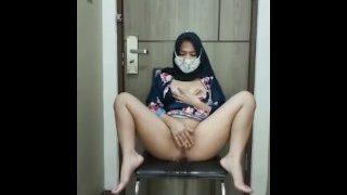 मुस्लिम लड़की ने अपनी चूत के साथ खेल रही