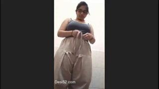 चुचि और चूत से खेलती हुई पंजाबी भाभी का सेक्सी बातरूम वीडियो
